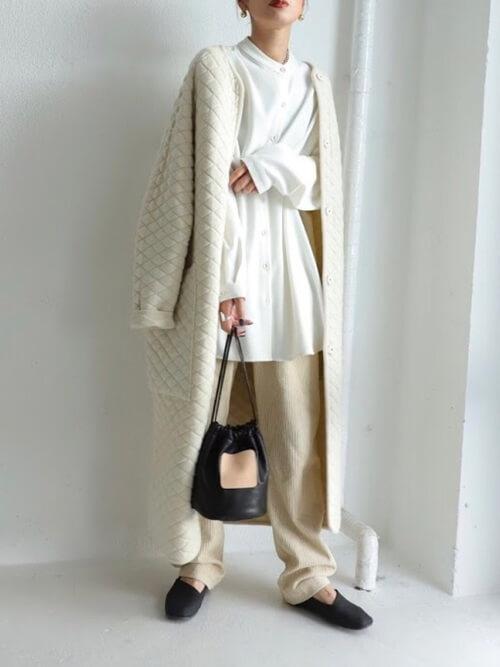 バンドカラーシャツ×ノーカラーの白のキルティングコート×ベージュのコーデュロイパンツ×黒の靴