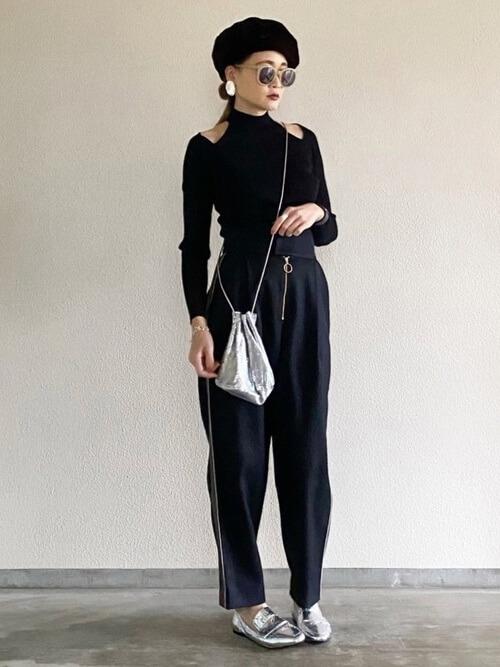 サイドラインパンツ×黒のデザインニット×シルバーのパンプス×シルバーの巾着バッグ
