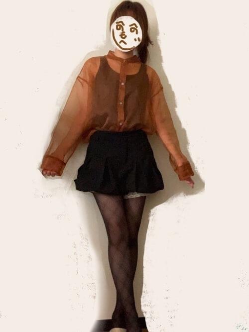 黒のキュロット×オレンジのシアーシャツ×黒のタンクトップ