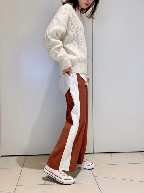サイドラインパンツ×白のケーブルニット×白のシャツ×白のスニーカー