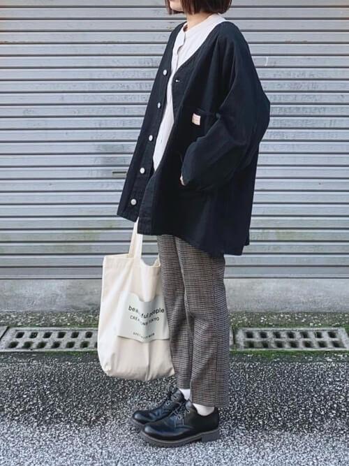 バンドカラーシャツ×黒のノーカラーブルゾン×チェックのパンツ×黒のブーツ×白のトートバッグ
