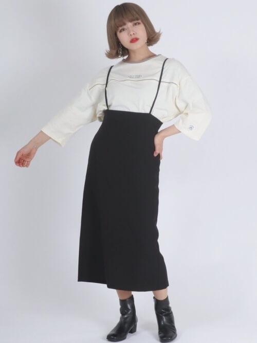 リンガーTシャツ×黒のサロペットスカート×黒のブーツ