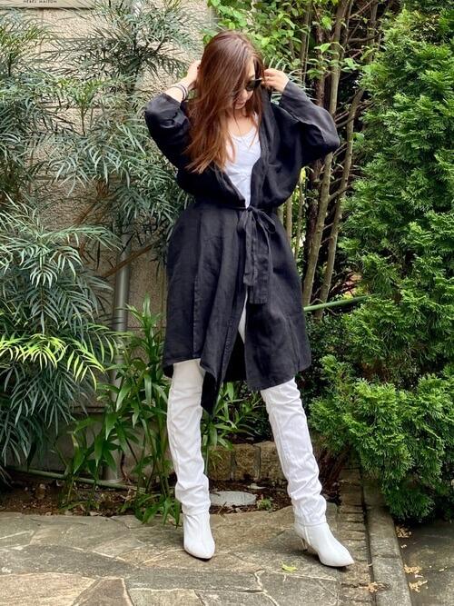 白のスキニーパンツ×黒のジャケット×白のカットソー×白のブーツ