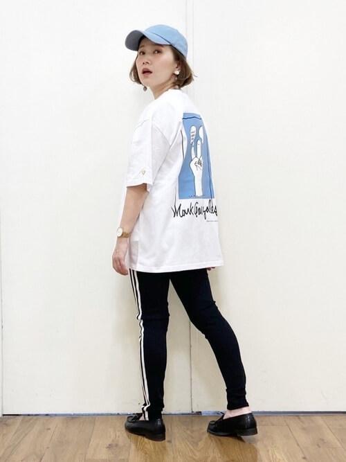 サイドラインパンツ×白のロゴTシャツ×黒のローファー×ブルー系のキャップ