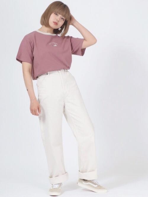 リンガーTシャツ×白のワイドデニムパンツ×ベージュのスニーカー
