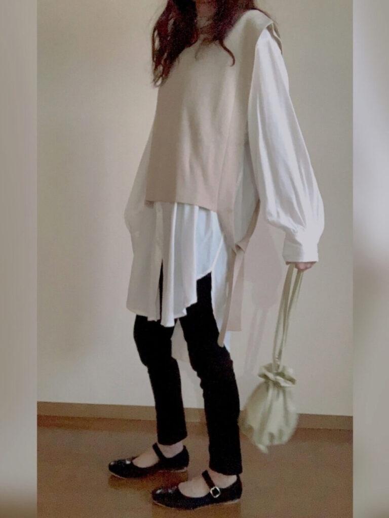 白のオーバーシャツ×ベージュのニットベスト×パンプス×黒のスキニーパンツのレディースコーデ