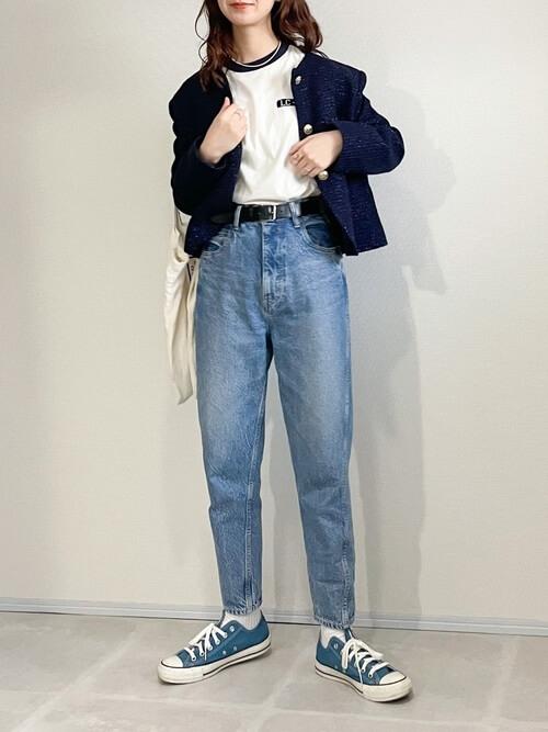 リンガーTシャツ×ネイビーのジャケット×デニムパンツ×ブルーのスニーカー