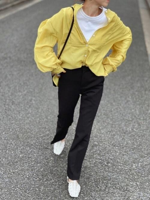 白のカットソー×黒のフレアパンツ×サンダル×バンドカラーシャツのレディースコーデ