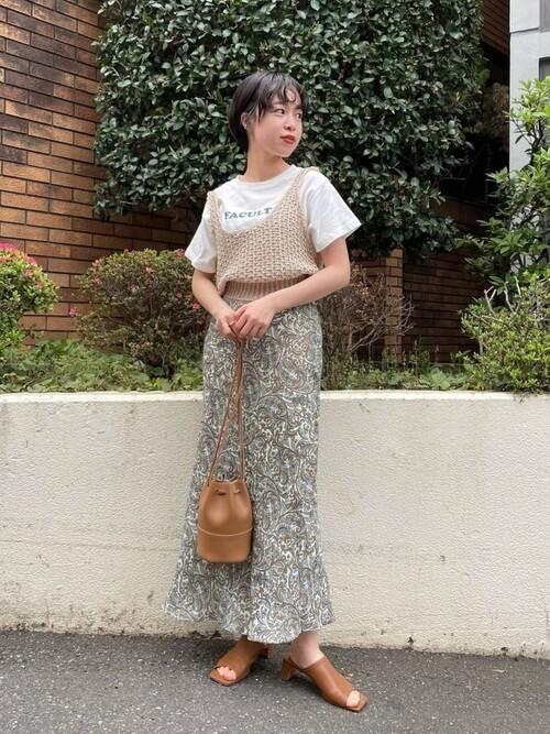 白のロゴTシャツベージュのビスチェ×花柄スカート×キャメルのサンダル×