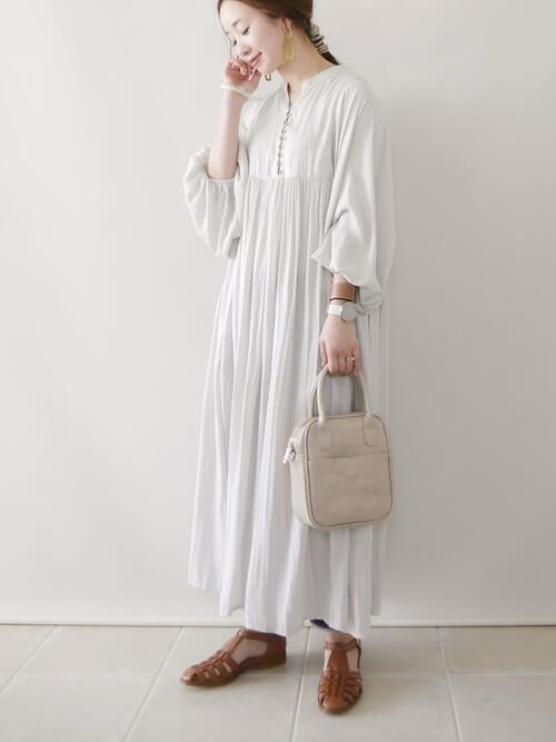 グルカサンダル×白のギャザーワンピース×ベージュのバッグ