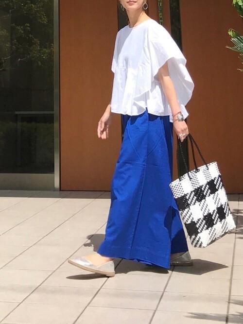 エスパドリーユ×白のブラウス×青のワイドパンツ