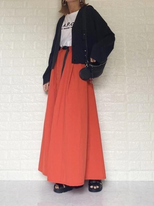 グルカサンダル×オレンジのスカート×黒のカーディガン×白のTシャツ