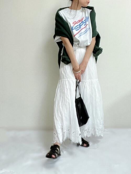 グルカサンダル×白のティアードスカート×ロゴTシャツ×グリーンのスエット
