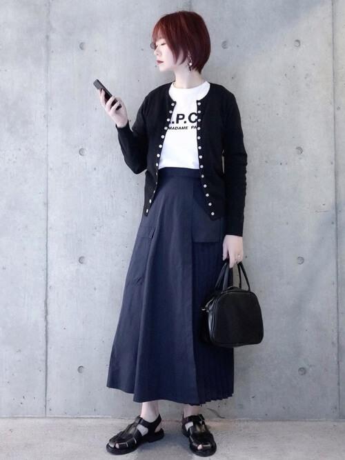 グルカサンダル×ネイビーのスカート×黒のカーディガン×白のTシャツ