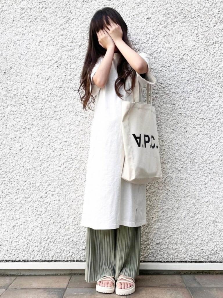 白のTシャツワンピ×プリーツパンツ×サンダル×キャンバストートバッグのレディースコーデ