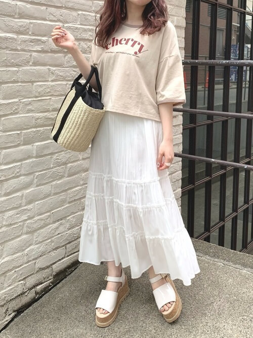 リンガーTシャツ×白のプリーツティアードスカート×白のサンダル×かごバッグ