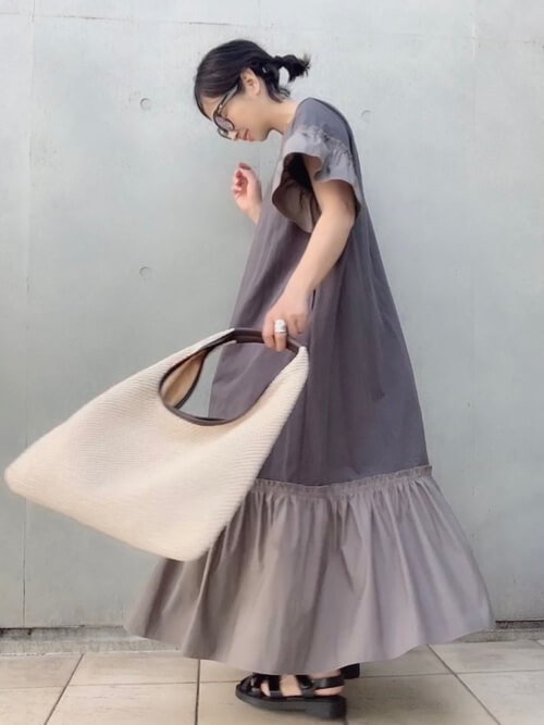グルカサンダル×グレーの異素材ワンピース×ベージュのトートバッグ