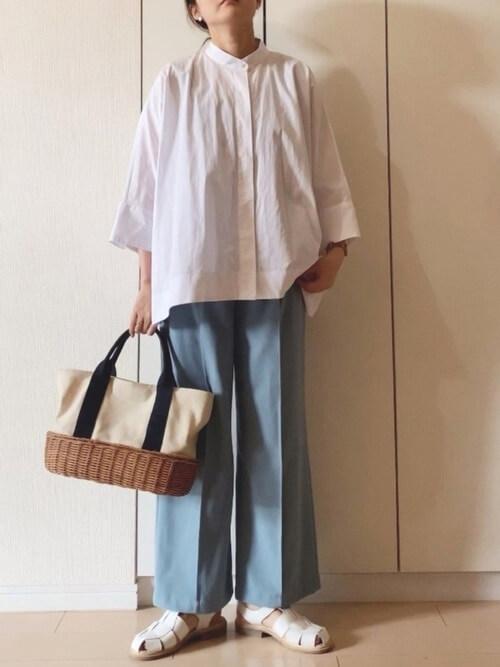 グルカサンダル×ブルーのワイドパンツ×白のバンドカラーシャツ×トートバッグ