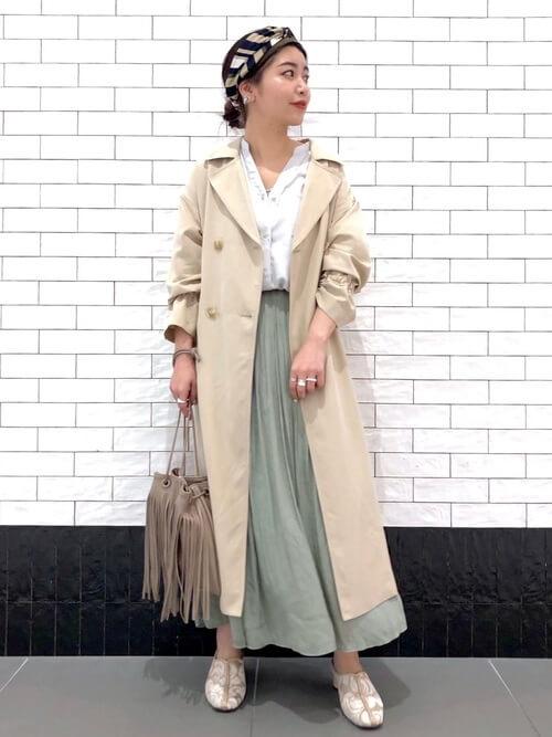 スキッパーシャツ×ベージュのトレンチコート×グリーンのスカート×パンプス