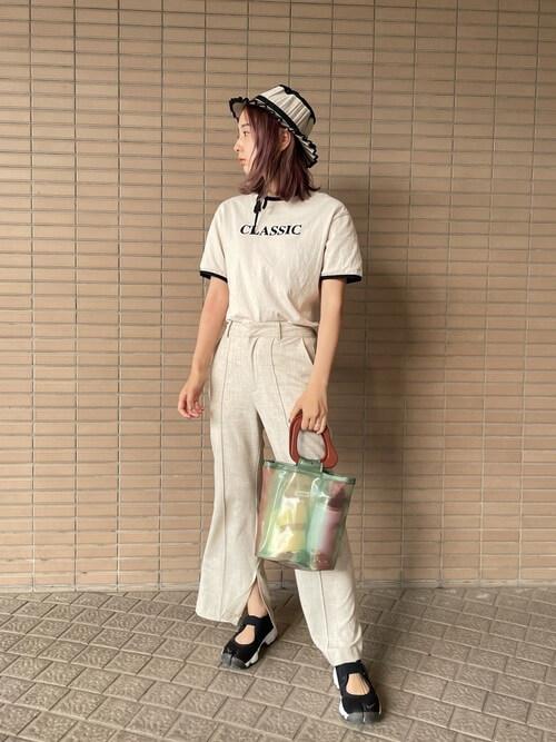 リンガーTシャツ×白のスリットパンツ×黒のサンダル×クリアバッグ