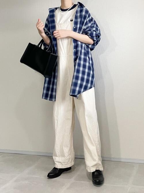 リンガーTシャツ×チェックのシャツ×白のサロペット×黒のブーツ