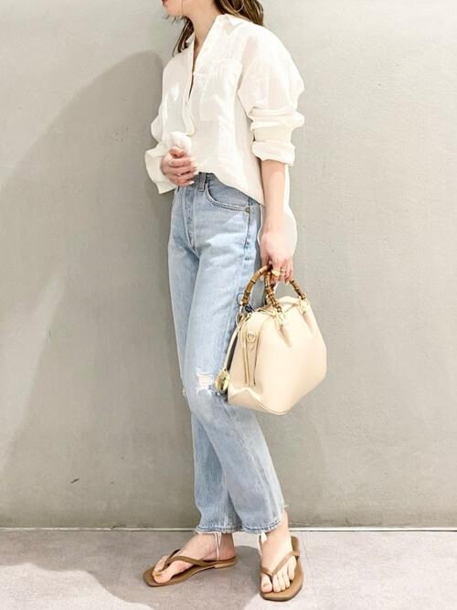 白のリネンシャツ×デニムパンツ×ベージュのサンダル×白のバッグ