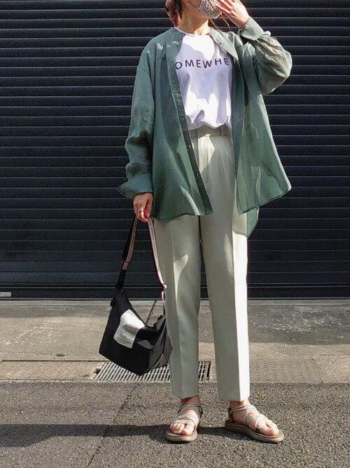 白のロゴTシャツ×グリーンのシアーシャツ×グリーンのパンツ×ベージュのサンダル