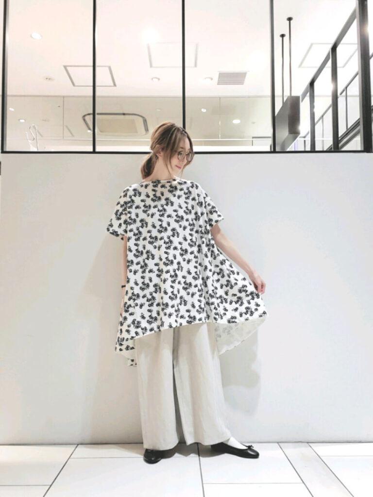 白のワイドパンツ×黒のバレエシューズ×花柄チュニックの夏コーデ