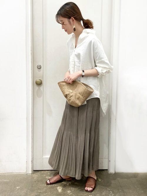 白のリネンシャツ×ブラウンのプリーツスカート×ブラウンのクリアサンダル