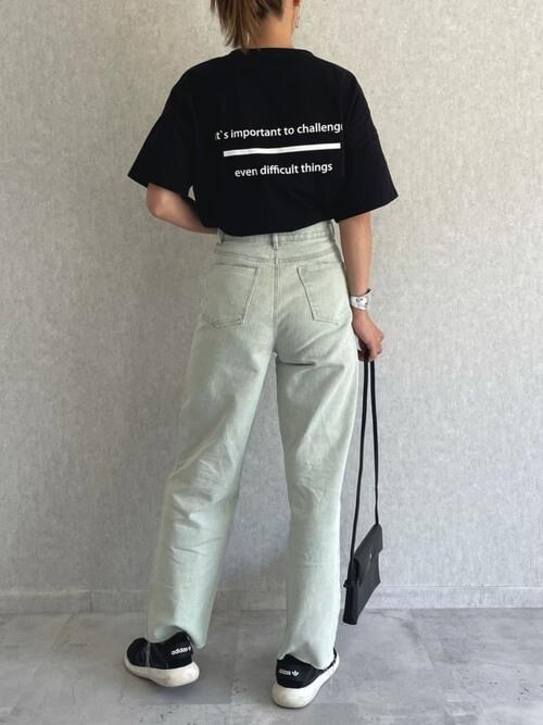 黒のロゴTシャツ×グリーンデニムパンツ×黒のスニーカー×黒のショルダーバッグ