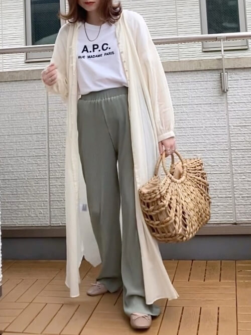 白のロゴTシャツ×白のロングシアーシャツ×グリーンのリブパンツ×ベージュのパンプス