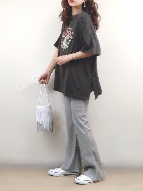 黒のロゴTシャツ×グレーのリブフレアパンツ×白のスニーカー×白のショルダーバッグ