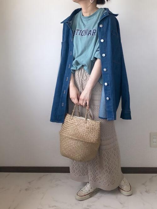 アイスブルーのロゴTシャツ×デニムシャツ×クロシェスカート×白のスニーカー