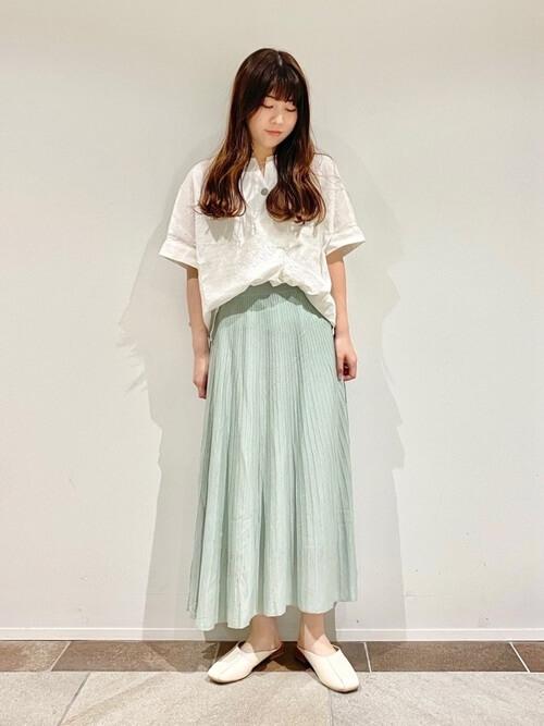 スキッパーシャツ×ミントカラーのプリーツスカート×ベージュのパンプス