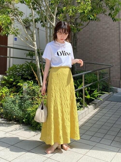 ミュール×白のロゴTシャツ×イエローのスカート×ベージュのバッグ