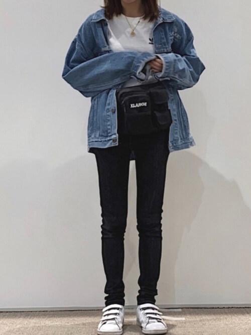 guスキニーパンツ×Gジャン×白のTシャツ×黒のショルダーバッグ