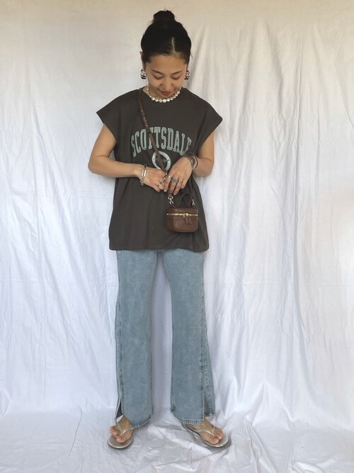 黒のロゴTシャツ×スリットデニムパンツ×シルバーのサンダル×ブラウンのショルダーバッグ