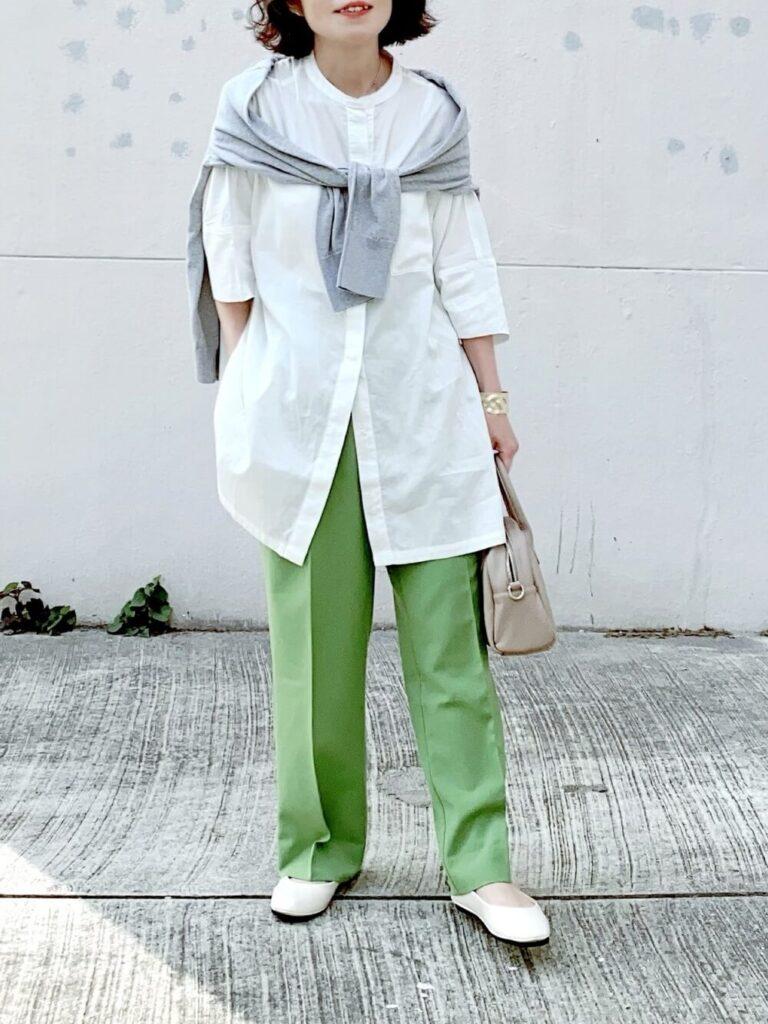 グリーンのスラックス×カーディガン×フラットパンプス×バンドカラーシャツのレディースコーデ