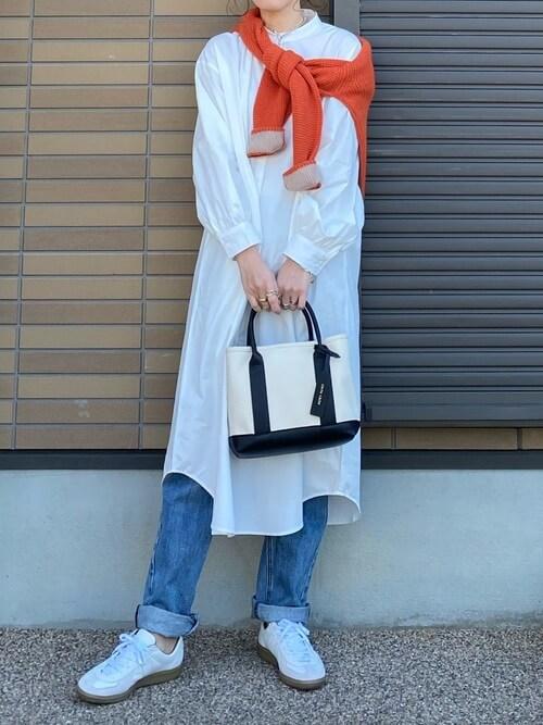 デニムパンツ×スニーカー×ニット×バンドカラーシャツのレディースコーデ