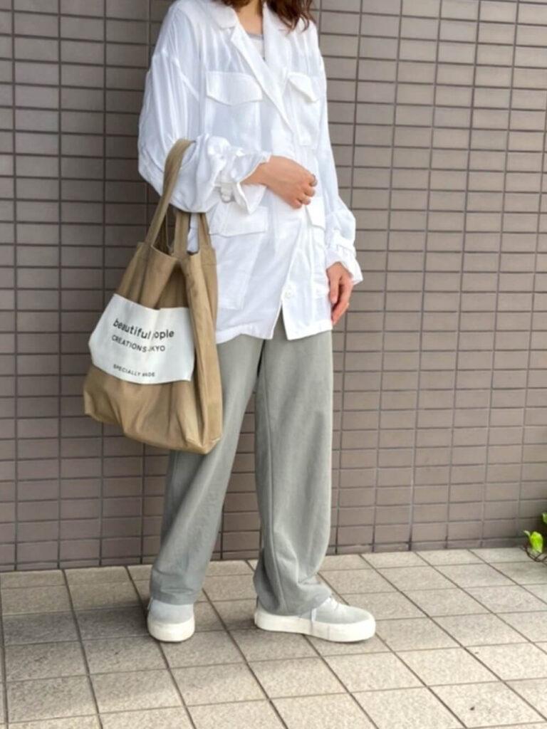 白のミリタリーシャツ×グレーのワイドパンツ×スニーカー×キャンバストートバッグのレディースコーデ