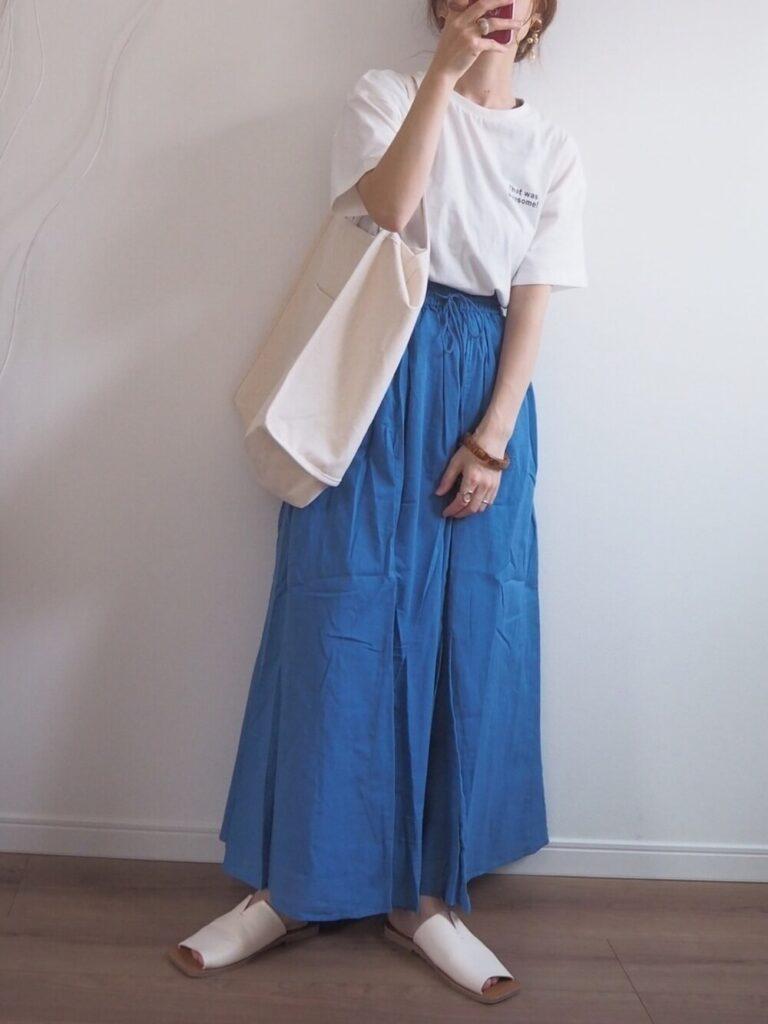 オーバーTシャツ×青のマキシスカート×サンダル×キャンバストートバッグのレディースコーデ