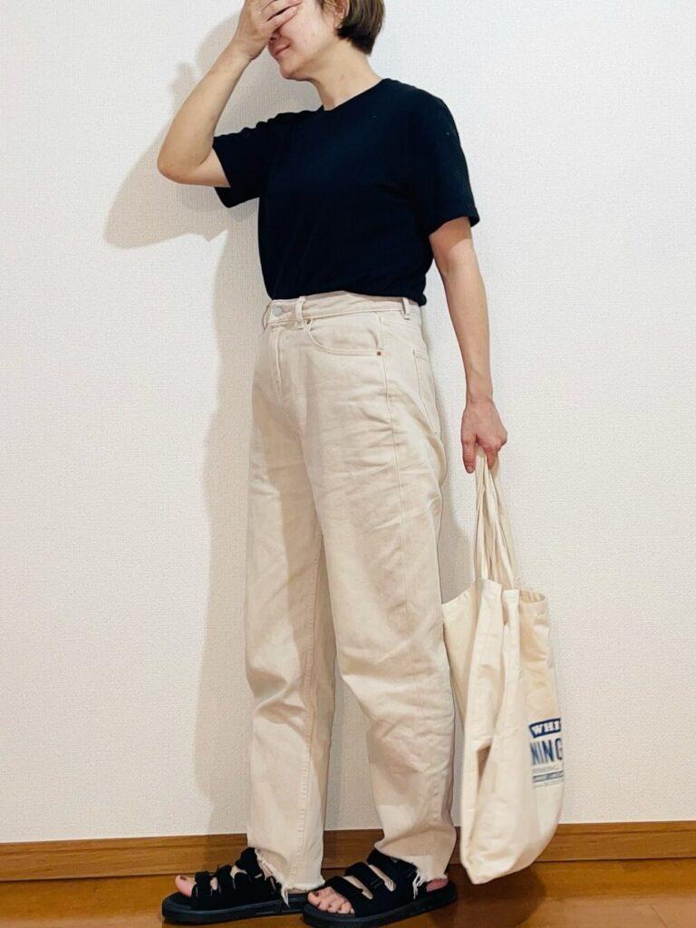 黒のTシャツ×白のデニムパンツ×サンダル×キャンバストートバッグのレディースコーデ