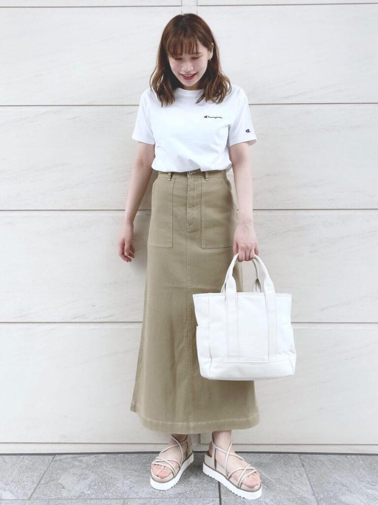 白のTシャツ×ベイカースカート×サンダル×キャンバストートバッグのレディースコーデ