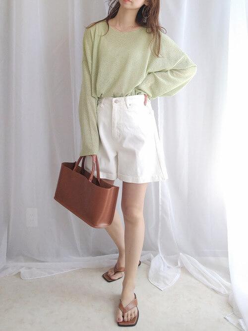 ブラウンのトングサンダル×グリーンのサマーニット×白のショートパンツ