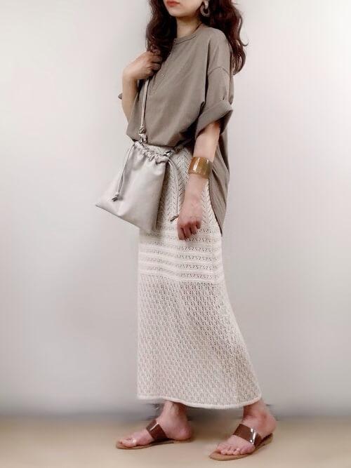ミュール×ベージュのTシャツ×ベージュのクロシェスカート