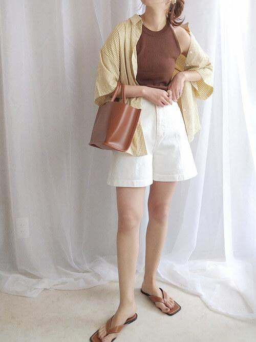 白のショートパンツ×ブラウンのキャミソール×チェックのシャツ×トングサンダル