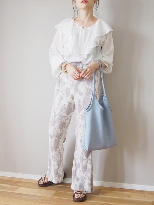スポーツサンダル×白のブラウス×花柄パンツ×ライトブルーのバッグ