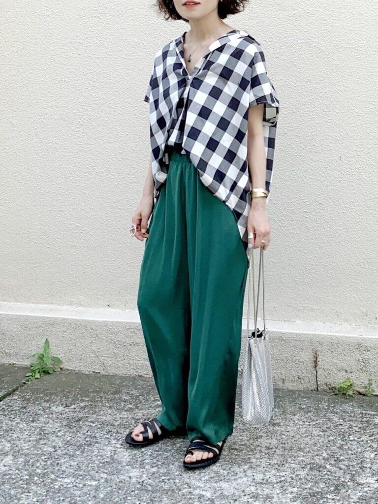 グリーンのワイドパンツ×サンダル×スキッパーシャツのレディースコーデ