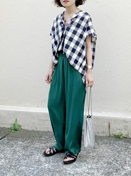 プルオーバーシャツ×グリーンのワイドパンツ×黒のサンダル×シルバーのバッグ
