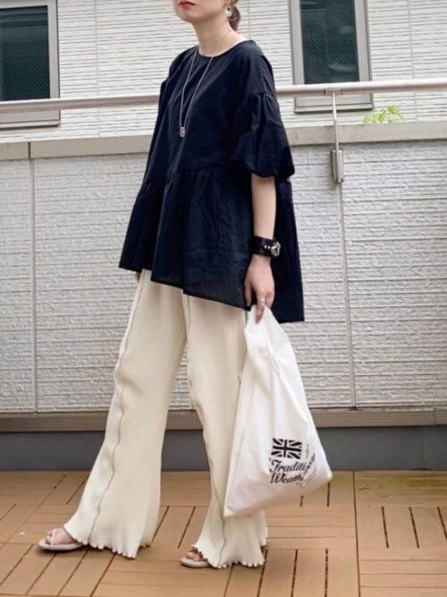 ミュール×黒のブラウス×白のメローパンツ×白のバッグ
